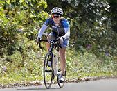 Mujer en un paseo en bicicleta — Foto de Stock