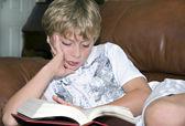 Genç çocuk okuma — Stok fotoğraf