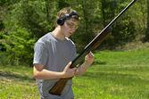Av tüfeği ile çocuk — Stok fotoğraf