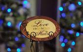 Piastra decorativa marrone con le parole sull'amore — Foto Stock