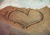 Heart shape drawn on the beach — Foto Stock