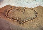 ビーチで描かれたハート形 — ストック写真