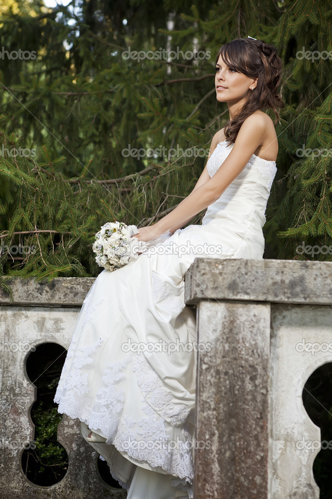 Bride in park — Stock Photo #12561086