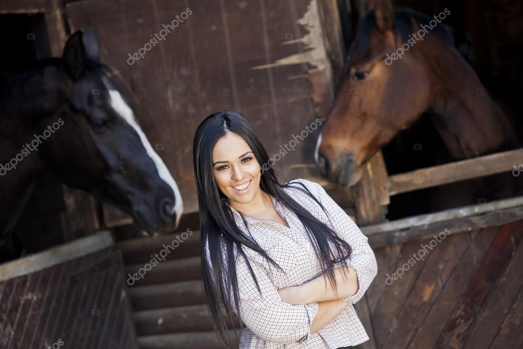 девушки на конюшне
