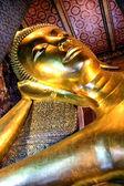 Buda reclinado en el wat pho en bangkok, tailandia — Foto de Stock