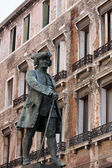 Monument to Carlo Goldoni in Venice — 图库照片