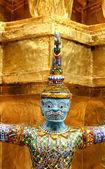 Gouden garuda beeldhouwkunst aan het koninklijk paleis, bangkok, thailand — Stockfoto