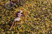 Chica en bosque otoñal — Foto de Stock