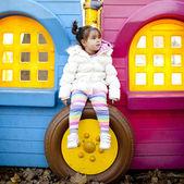 Meisje op de speelplaats — Stockfoto