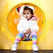 Liten flicka på lekplatsen — Stockfoto