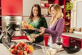 νεαρές γυναίκες στην κουζίνα — Φωτογραφία Αρχείου