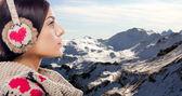 Jeune femme sur la montagne — Photo