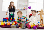 Kids playing in the room — Foto de Stock