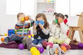 Niños jugando en la habitación — Foto de Stock