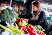 Mujer joven en el mercado — Foto de Stock