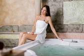 Jovem relaxante na banheira — Fotografia Stock