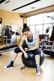 Young woman traiing in the gym — Stock Photo