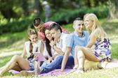 Nastolatki w parku z tabletem — Zdjęcie stockowe
