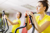 Jeune femme dans la salle de gym de formation — Photo