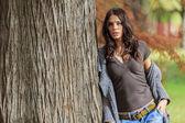 Jovem mulher na floresta de outono — Foto Stock