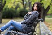 Mujer joven en el banquillo — Foto de Stock