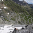 Serpentine road in the italian Alps leads to Stelvio Pass — Foto de Stock