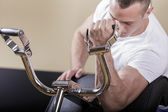 Ung i gymmet — Stockfoto