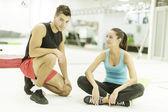 Jovem e mulher no ginásio — Fotografia Stock