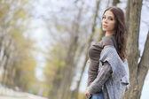 молодая женщина на осенний парк — Стоковое фото