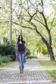 年轻女子在秋天的公园 — 图库照片