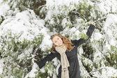 年轻女子在冬季 — 图库照片
