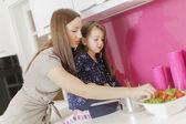 Moeder en dochter in de keuken — Stockfoto