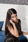 Junge Frau, die auf dem Mobiltelefon sprechen — Stockfoto