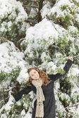 Ung kvinna på vintern — Stockfoto