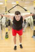 Spor salonunda eğitim genç adam — Stok fotoğraf