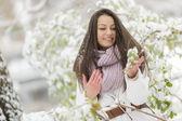 молодая женщина на зима — Стоковое фото