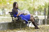 平板电脑在公园里的年轻女子 — 图库照片