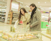 Young couple buying fruits — Stock Photo