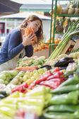 Mladá žena na trhu — Stock fotografie