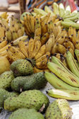 Guyabano and banana on the market in Galle, Sri Lanka — Stock Photo