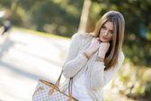 Bella giovane donna nel parco — Foto Stock