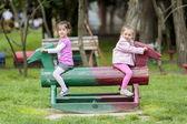 Parkta oynayan kızlar — Stok fotoğraf