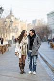 Jovem casal andando na rua — Foto Stock