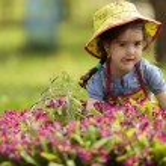 Little girl in the garden — Stock Photo #46491319
