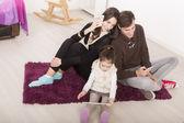 Familie im zimmer — Stockfoto