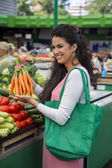 Jonge vrouw op de markt — Stockfoto