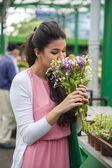 Young woman buying flowers — Foto de Stock