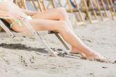 年轻女子在沙滩上 — 图库照片