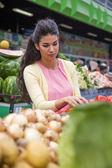 Kvinna på marknaden — Stockfoto