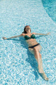 Ung kvinna i poolen — Stockfoto